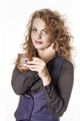 Девушка держит керамическую чашку.
