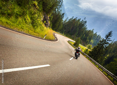 Fotobehang Alpen Biker in Austrian mountains