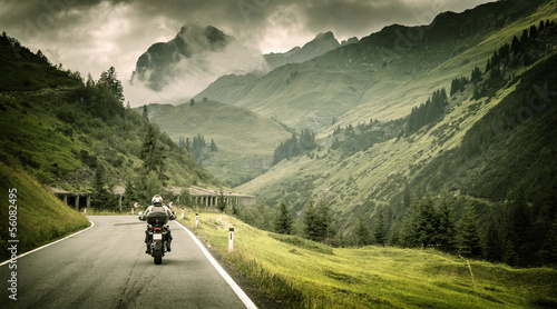 Keuken foto achterwand Alpen Motorcyclist on mountainous highway
