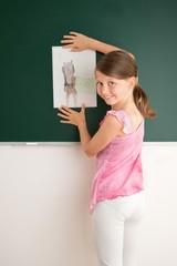 Schülerin im Kunstunterricht