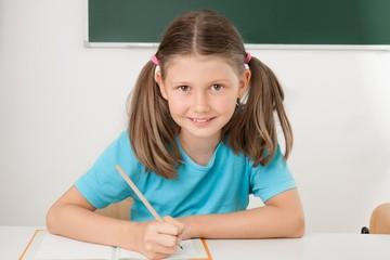 Schülerin lernt Schreiben im Unterricht