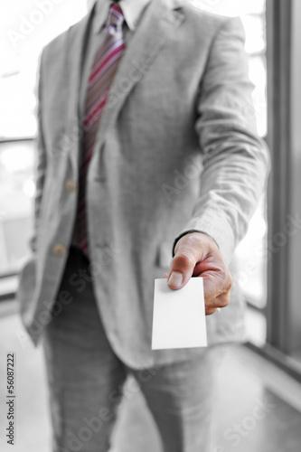 Uomo d'affari che consegna un biglietto da visita
