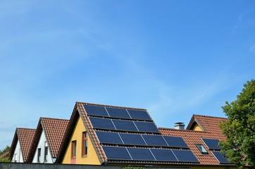 Wohnhaus mit Sonnenkollektoren