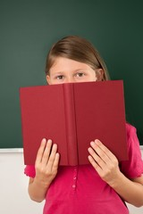 Schülerin liest im Buch