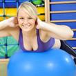 Sport auf Gymnastikball in Turnhalle