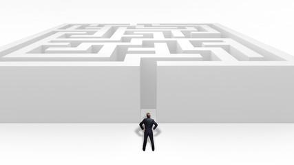 Geschäftsmann vor Labyrinth