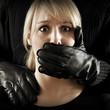 Frau wird Opfer von Gewalt