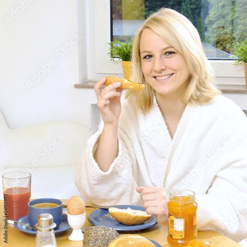 Frau bei Frühstück und Brunch