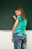 Kind schreibt an die Tafel