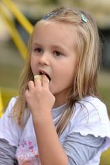 L'enfant mangeant