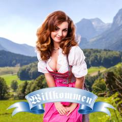 attraktive brünette Frau im Dirndl vor Alpenpanorama