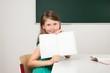 Schülerin zeigt ihre Arbeitsheft