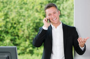 geschäftsmann telefoniert mit dem smartphone