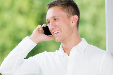 lachender mann telefoniert mit smartphone