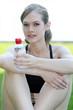 Jeune femme se désaltérant après son jogging