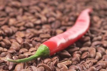 Chilischoten mit Kaffeebohnen