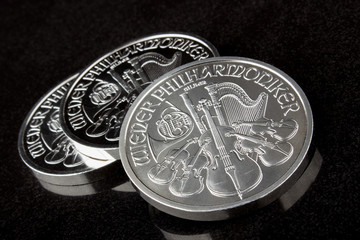Silbermünzen Wiener Philharmoniker auf schwarzem Hintergrund