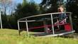 Kind auf Spielplatz-Karussel