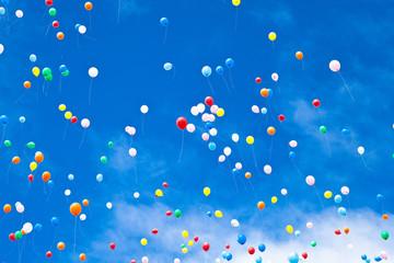 大空に飛ぶ風船