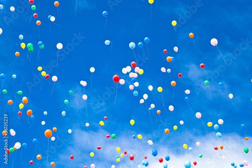 大空に飛ぶ風船 - 56135239