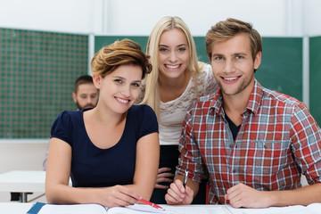 lächelnde studenten im seminar