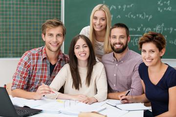 motivierte studenten lernen zusammen