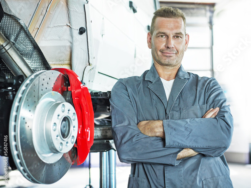 Master mechanic in front of a bracke