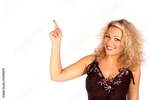 Lachende junge Frau zeigt nach oben