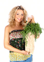 Hübsche junge Frau mit Einkaufstüte