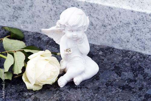 Papiers peints Cimetiere Engel und weiße Rose auf Grab