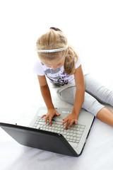 Bambina alle prese col portatile