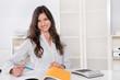 Frau jung lachend im Büro bei der Arbeit - Angestellte