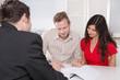 Junges Paar in der Bank - Beratungsgespräch für einen Kredit