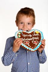 Kind mit Lebkuchenherz