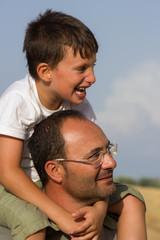 bambino sulle spalle del papà