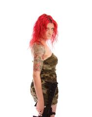 Sexy rothaarige Frau mit Gewehr