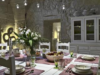 tavolo da pranzo apparecchiato con vaso di fiori