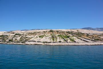 Felsiges Ufer mit Grundstücksmarkierung