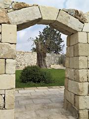 portale in pietra con chiave di volta