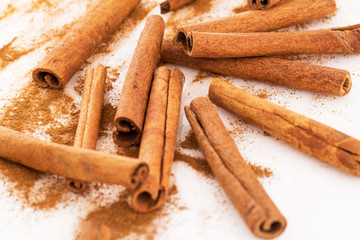 Cinnamon and its dust around it