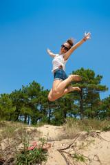 Jeune fille sautant