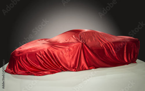 Sportwagen unter einem roten Tuch