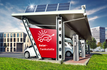 Große Solartankstelle Carport mit Elektroauto in Stadt