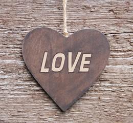 Herz aus Holz mit Aufschrift - Love