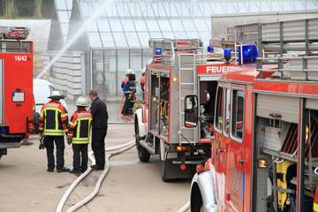 drei Feuerwehrautos beim Einsatz