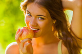Fototapety closeup girl portrait holding apple