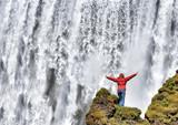 Frau vor tosendem Wasser