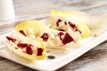 Endibias con remolacha, queso de cabra y frutos secos