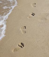 Spuren im Sand am Meer