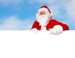 Santa mit Wolken im Hintergrund